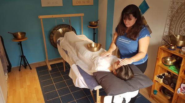 Reiki Behandlung im Praxisraum