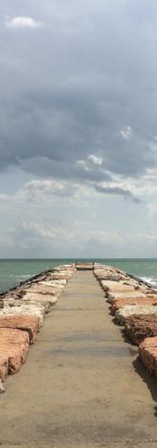 Steg hinaus auf das Meer in Italien.jpg