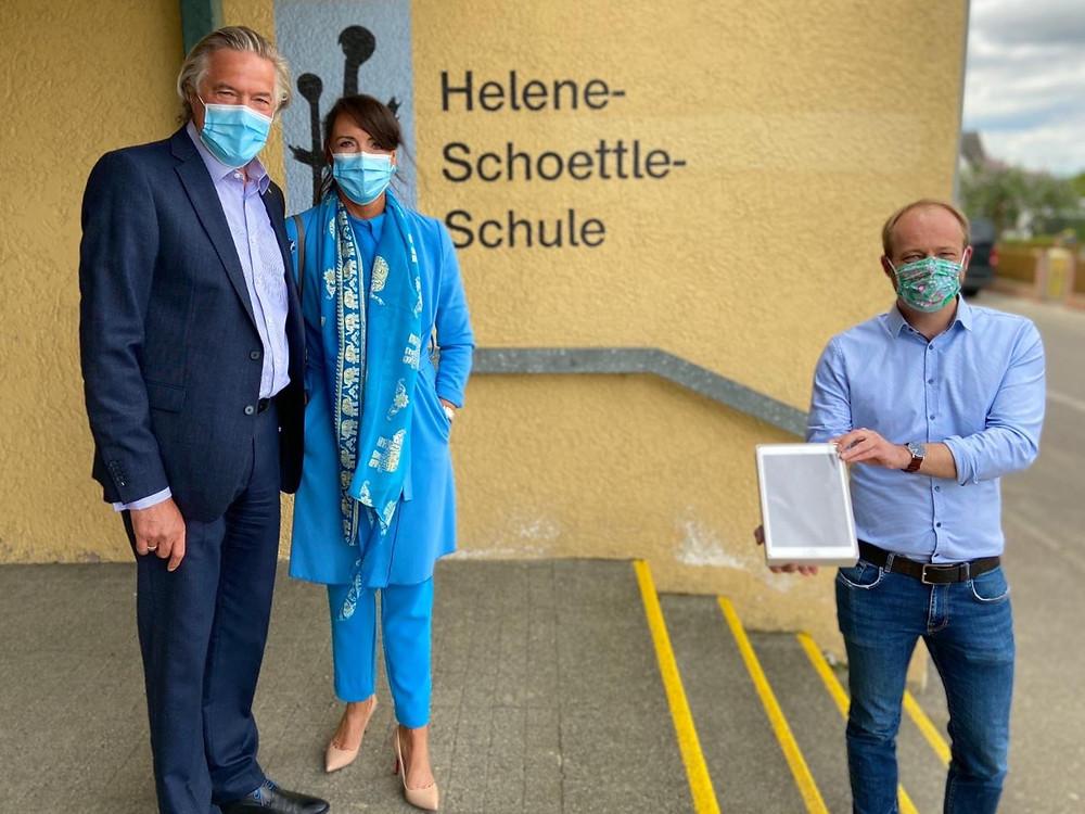 Spende mit Abstand und Mundschutz (von links): Jürgen und Bianca Kassel, Vorstände der Rosberg Foundation, und Schulleiter Andreas Thiemke