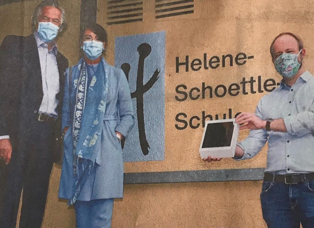 Jürgen und Bianca Kassel übergeben Rektor Andreas Thiemke die iPads