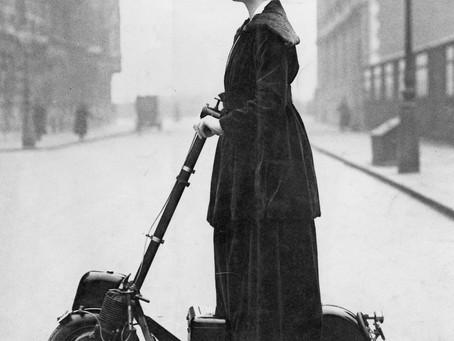1916. - Sufražetkinja na skuteru