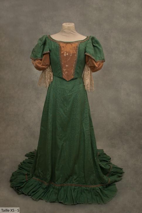 Robe vintage ancienne avec belles manche et dentelles