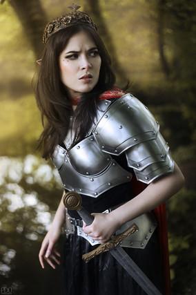 Elfe en armure et portant une couronne et une épée