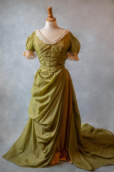 Belle robe verte vintage avec longue traine