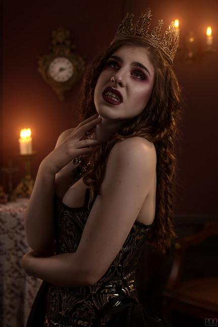 La reine des vampire éclairée à la bougie