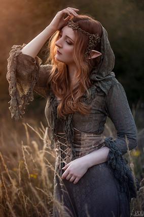 Elfe romantique dans un champs