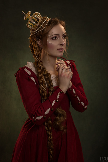 Princesse romantique portant sa couronne