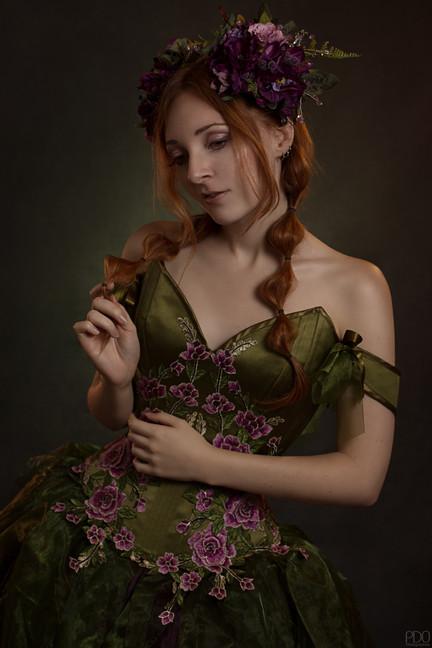 Shooting romatique dans un corset fleuris