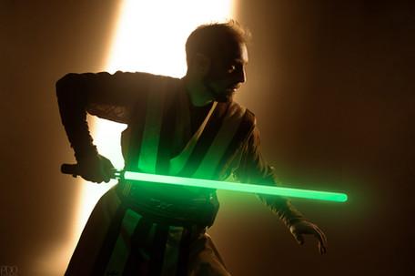 Clair obscure d'un jedi avec son sabre laser