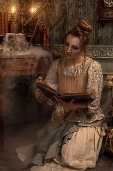 Socière avec son chaudron fumant lisant son grimoire