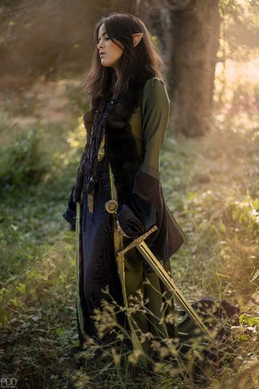 Portrait d'une guerrière elfique en costume