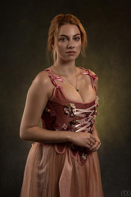 Séance photo studio en corset d'époque rose