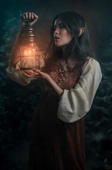 Elfique en hiver portant une lanterne