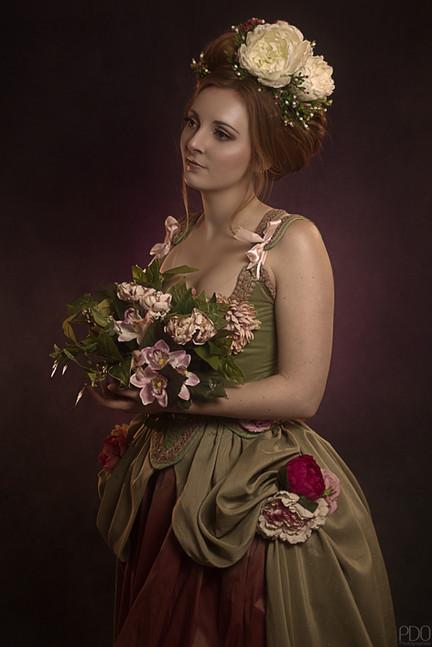 Représentation d'un tableur en costume avec des fleurs