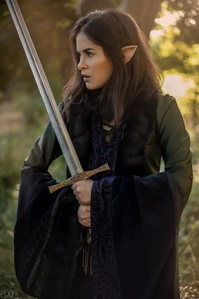 Guerrière elfique avec épée excalibure
