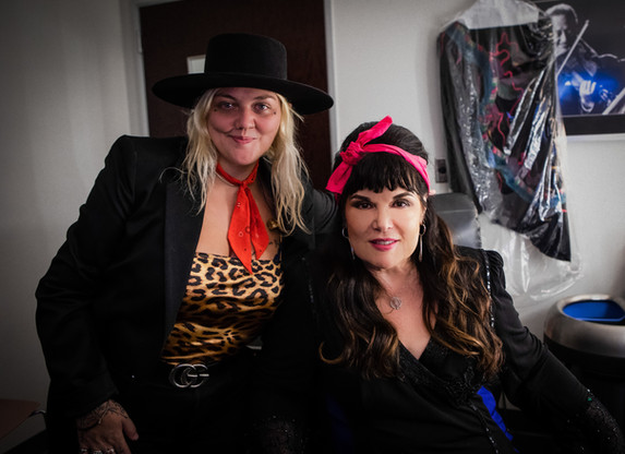 ELLE KING & ANN WILSON Backstage