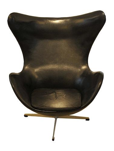 Egg chair and ottoman par Arne Jacobsen