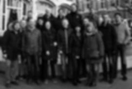 Ett foto i svartvitt av glada medarbetare på Antigo.