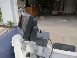 Battery powered fish finder mount