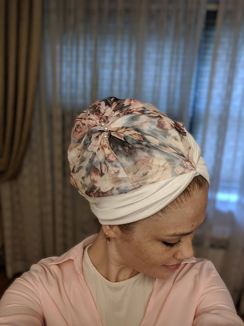 White yeela hat with flower design