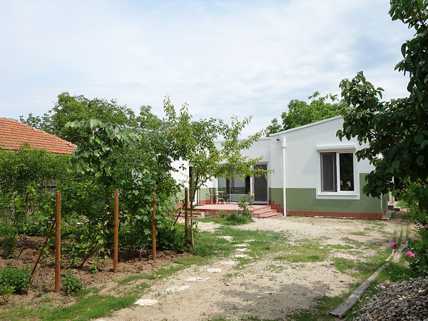 Casa nouă, fără etaj, începe pe locul celei vechi, dar se întinde pe aproape toată lățimea terenului, împartind curtea în două: grădina din față si livada din spate.