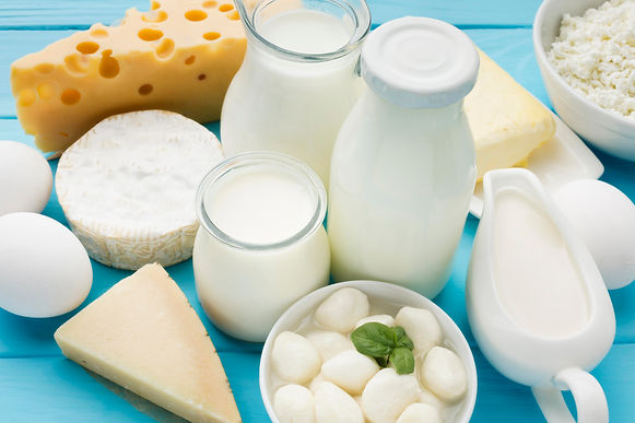 close-up-organic-milk-with-gourmet-chees