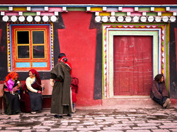 Elderly_Tibetans_by_Tagong_Temple