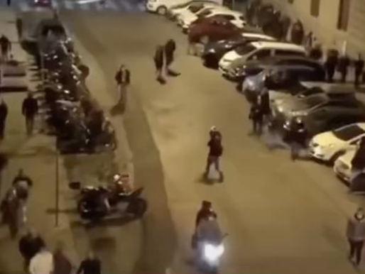 (Video) Coprifuoco a Napoli, la rivolta. Mille in strada, guerriglia contro la polizia