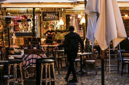 Dal 26 aprile l'Italia riapre: torna la zona gialla con il via libera a spettacoli e ristoranti
