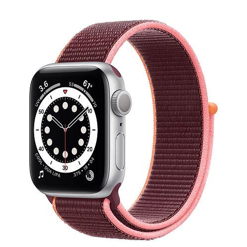 Apple Watch Series 6 cassa in alluminio color argento con Sport Loop