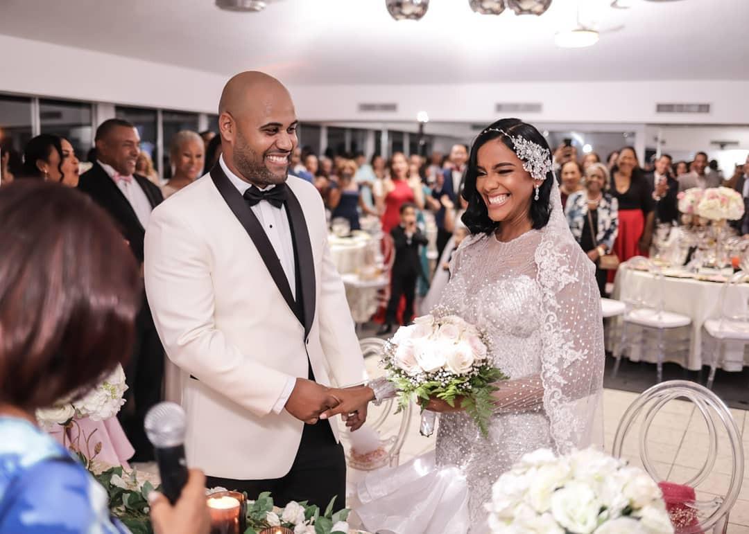 Novios contrayendo matrimonio en el salo