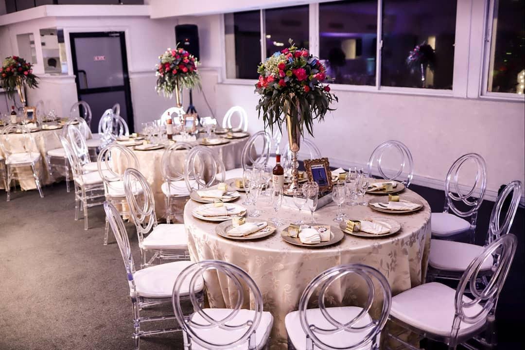 Mesas con platos decoradas