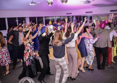 Personas Bailando en salon de eventos RP