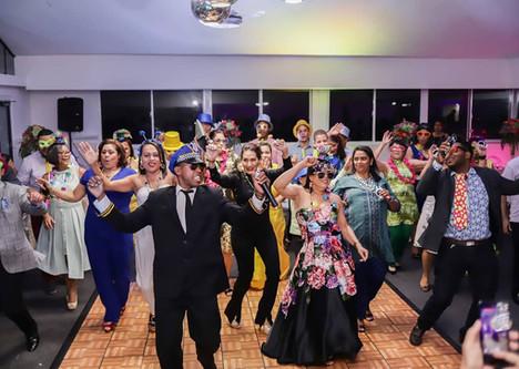 Grupo de personas bailando la hora loca