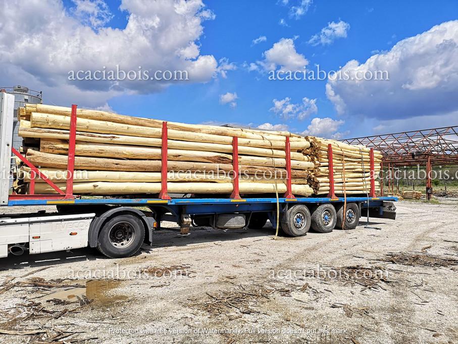 Camion_chargé_grands_poteaux_piquets_ron