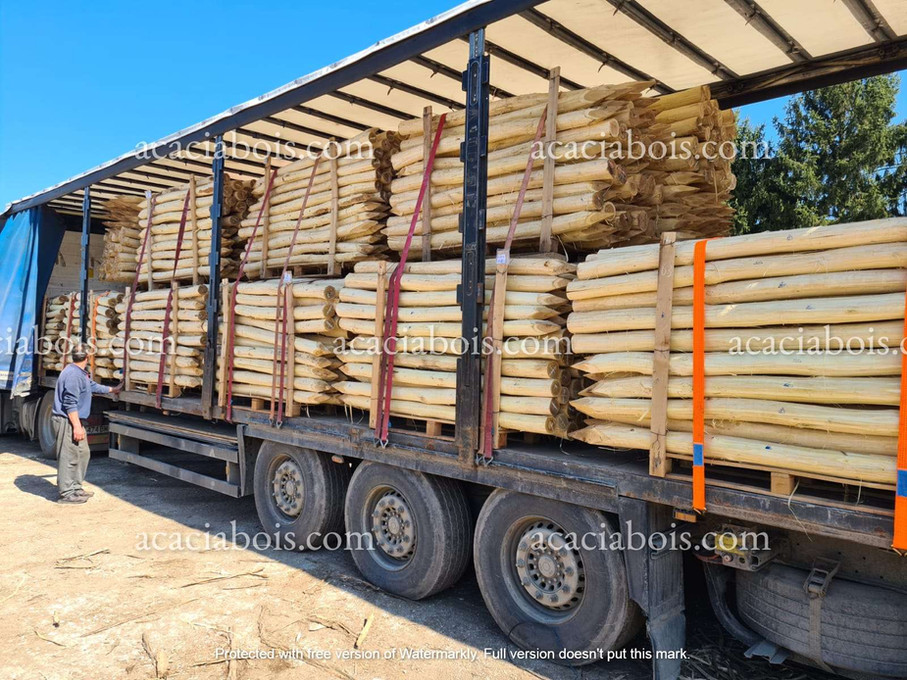 Camion_piquets_acacia_ronds.jpg