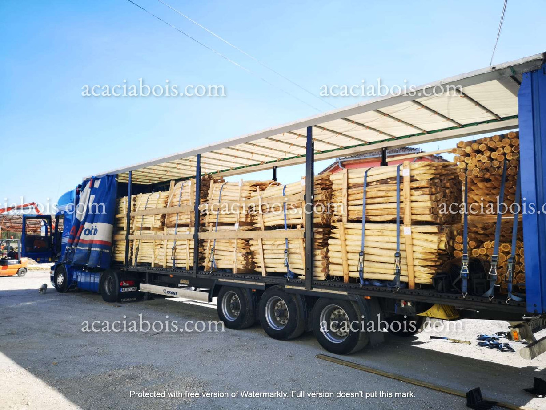 Demi_camion_piquets_acacia_ronds_et_scié