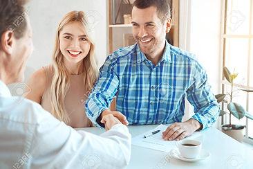 84259602-jeune-couple-louer-appartement-