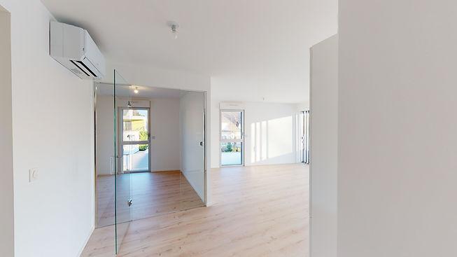 B4-White-Appartement-6-Entree-vue-bureau