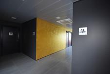Couloir, vue sur l'ascenseur