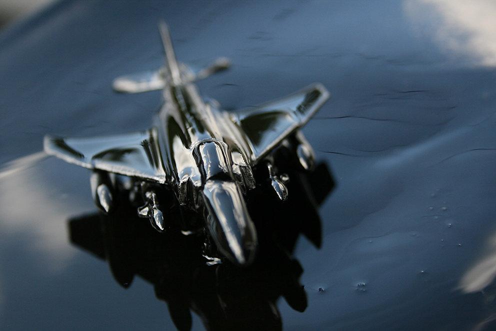 photographie d'un jouet d'enfant : avion recouvert de pétrole