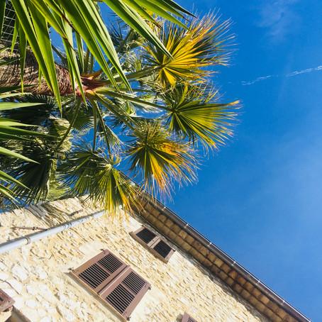 Postkarte aus....( 20 Grad heute) im Innenhof, in der sehr warmen SÜDSONNE sitzen, AZURBLAU..