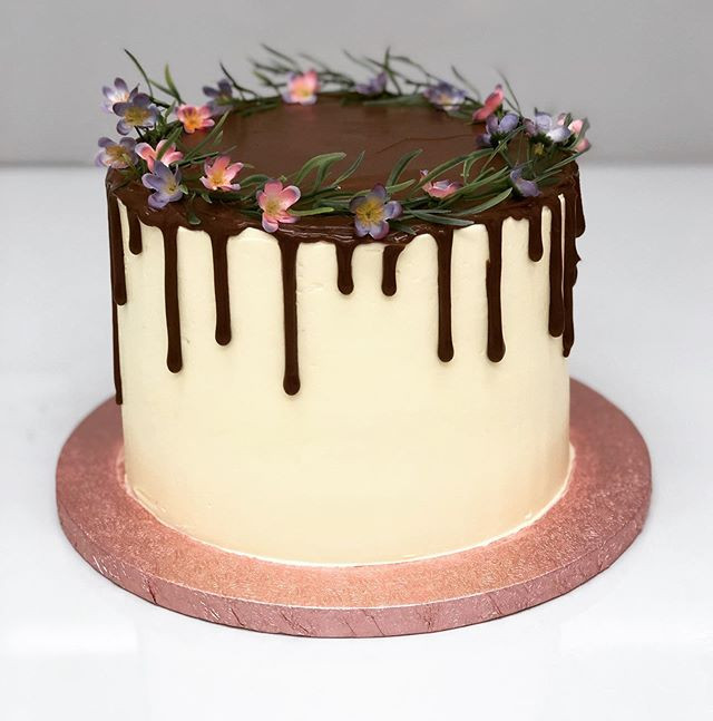This drip cake design is so popular! Ano