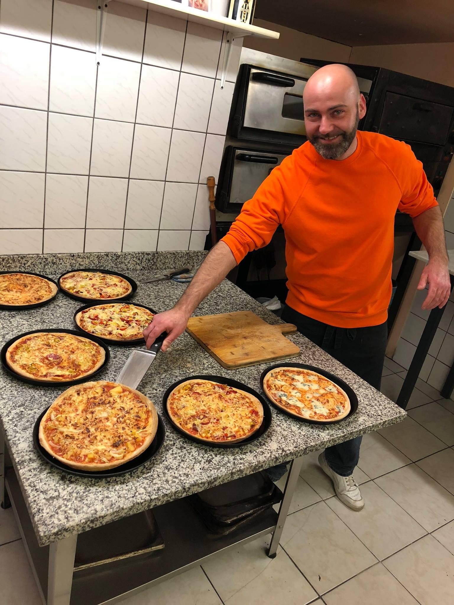 Basti beim Pizza schneiden