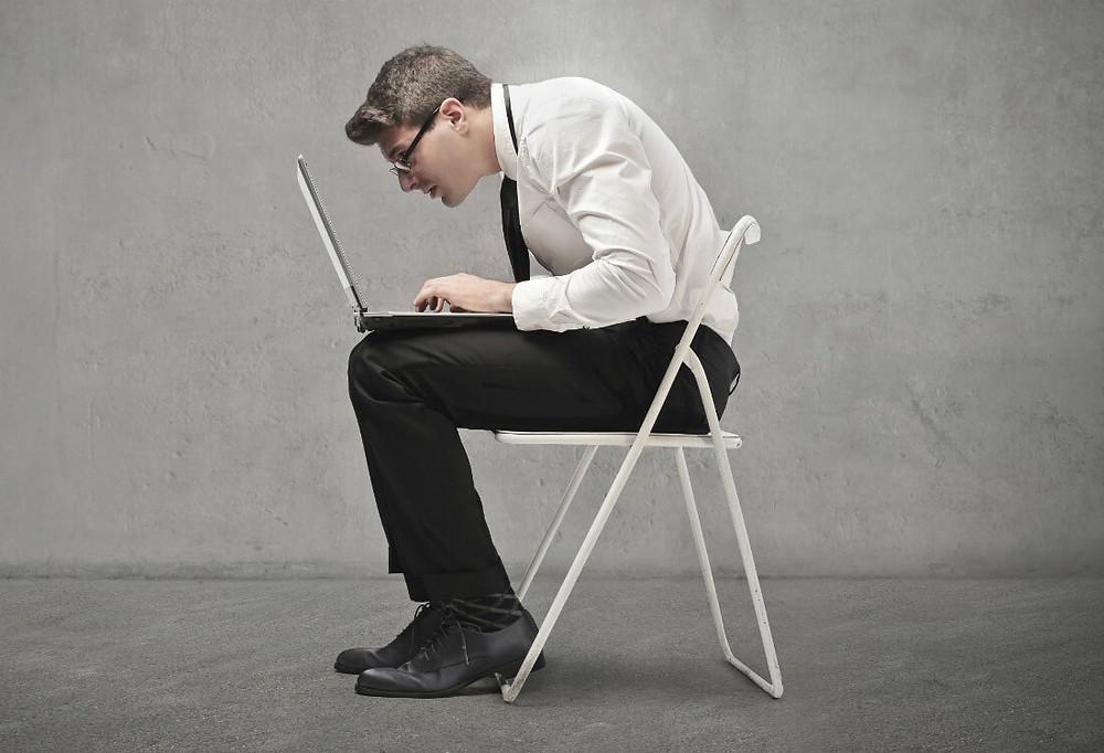 Számítógép előtt görnyedés, irodai munka, hátfájást eredményez