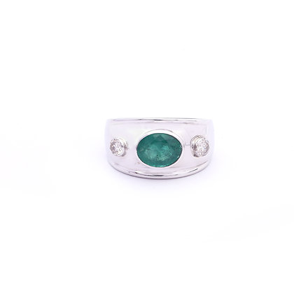 Elegant Emerald Diamonds Ring