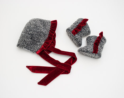 Boneta din stofa de lana fina cu volan din catifea So Christmassy