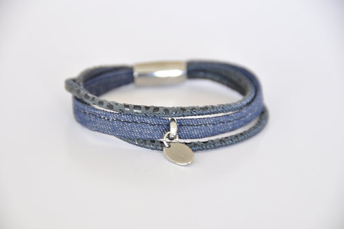 Lederarmband aus blauem Leder und Jeans