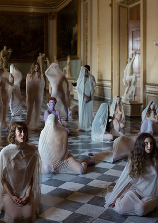 "Vanessa Beecroft, ""VB84"", performance Galleria degli Uffizi - Sala del Niobe, 2017  © Vanessa Beecroft"