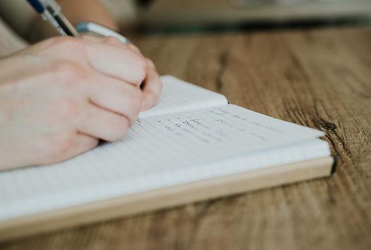 tekstschrijver schrijft in schrift.jpg